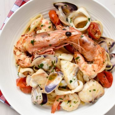 Linguine pasta 'allo scoglio' (on the rocks)