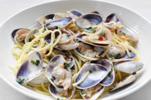 Spaghetti pasta 'alle vongole' (with clams)