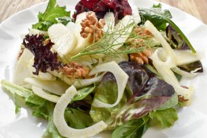 Insalata mista, finocchio, pera e noci (salad of mixed lettuce, fennel, pear and walnuts)