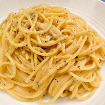 Spaghetti with 'cacio e pepe' (cacio cheese and pepper)