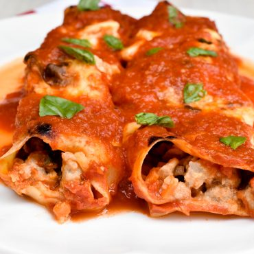 Meat-filled cannelloni with Italian tomato sauce