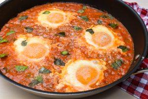 Uova alla contadina (saucy peasant eggs)