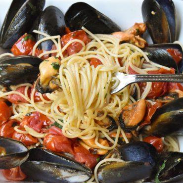 Spaghetti pasta 'con le cozze' (with mussels)